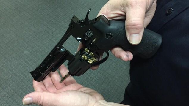 Un faux revolver en métal contenant de fausses cartouches dans son barillet.