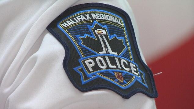 Plan rapproché de l'écusson du service policier d'Halifax sur la manche de la chemise d'un uniforme.