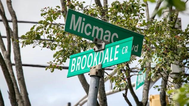 Une enseigne à coin de la rue porte le nom de boulevard Micmac.