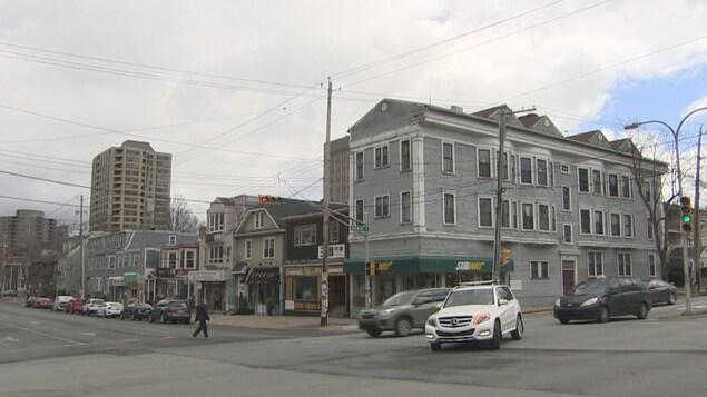 Le quadrilatère compte pour le moment plusieurs maisons anciennes et un édifice d'appartements.
