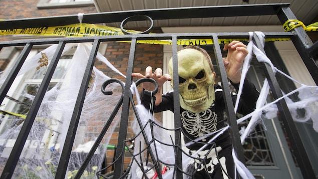 Un enfant déguisé en squelette.