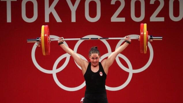 L'haltérophile canadienne Maude Charron porte une barre par-dessus ses épaules.