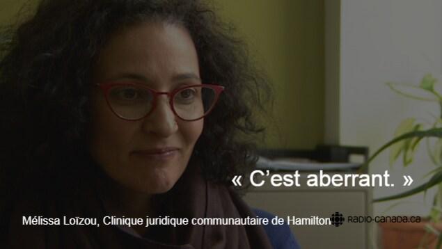 Photo de Mélissa Loïzou, une femme aux cheveux bruns bouclés portant des lunettes. En surimpression, la citation suivante est inscrite : «C'est aberrant.»