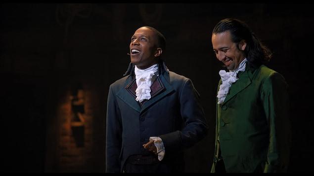 Deux hommes en tenue d'époque sur scène.