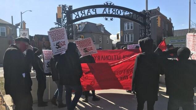 Le groupe antifasciste de Hamilton rassemblé au parc Victoria près de la rue Locke.