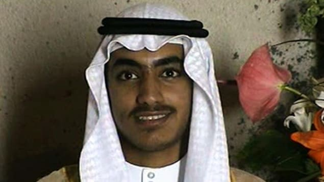 Gros plan de Hamza ben Laden souriant.