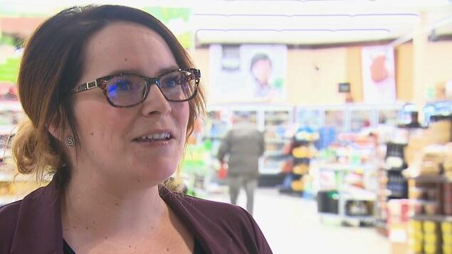 Stéphanie Cronier, directrice du IGA de Gaspé accorde une entrevue à Radio-Canada.