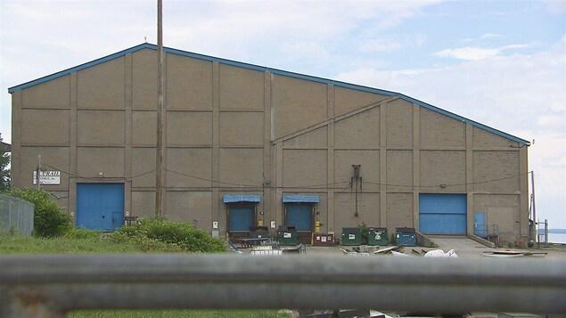 La façade du hangar dans le port.