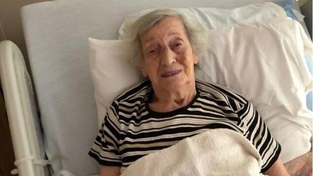 Mme Fogelman dans un lit d'hôpital.