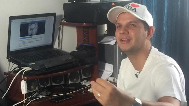 Le blogueur cubain Harold Cardenas, dans son espace de travail