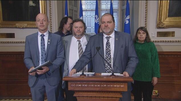 Harold Lebel, entouré de Joël Arseneau et de représentants du groupe L'A-DROIT.