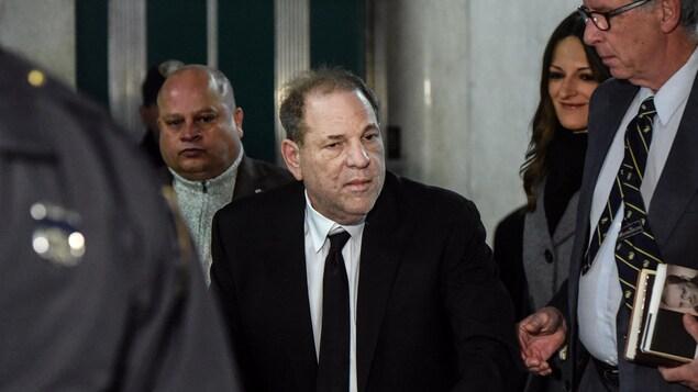 Weinstein, qui se déplace avec une marchette, est notamment accompagné de son avocate.