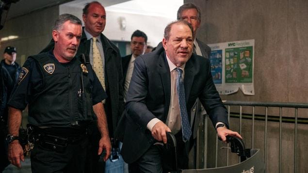 Harvey Weinstein se déplace à l'aide d'une marchette.