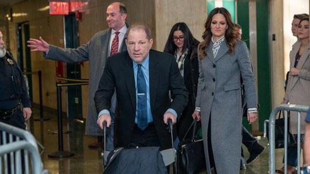 Harvey Weinstein avance à l'aide d'une marchette.