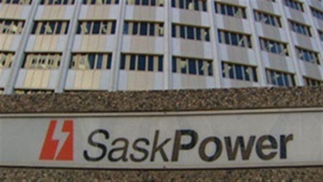 Le logo de SaskPower devant l'édifice de la société d'État à Regina.