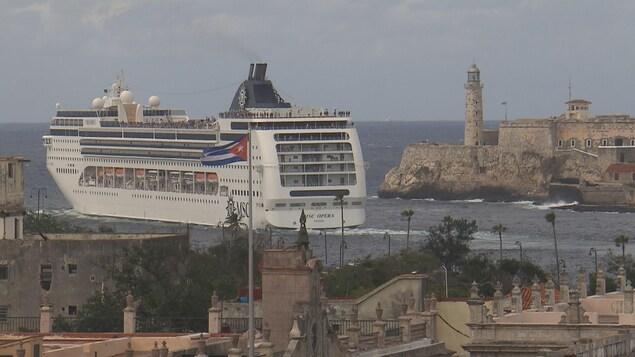 Un bateau de croisière arrive dans le port de La Havane.