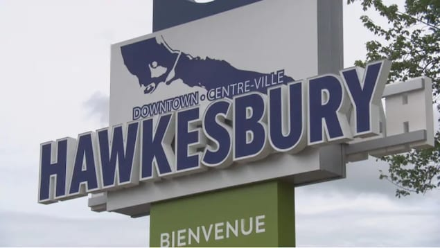 Le panneau de bienvenue à l'entrée de la municipalité de Hawkesbury.
