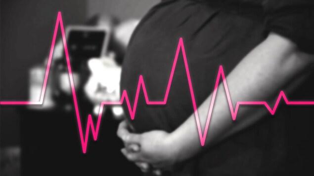 Montage photo d'un gros plan du ventre d'une femme enceinte avec une illustration superposée des fréquence d'un électrocardiogramme.