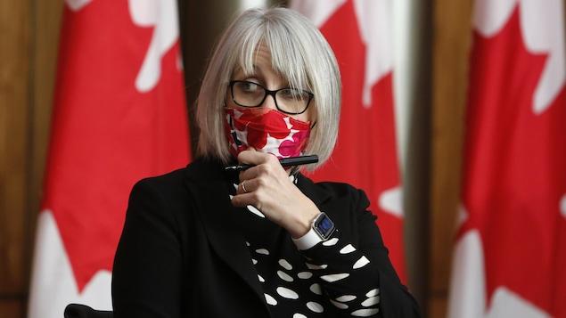 Portrait de Patty Hajdu avec un masque.