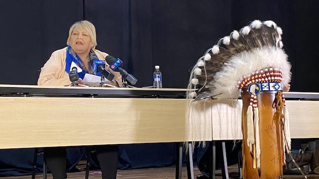 Heather Bear, la vice-chef de la Fédération des nations autochtones souveraines de la Saskatchewan (FSIN), lors d'une conférence de presse le 8 mars 2021.