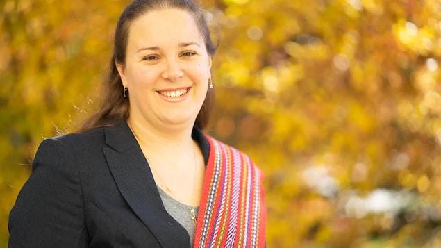 La chercheuse Heather Foulds pose à l'extérieur.