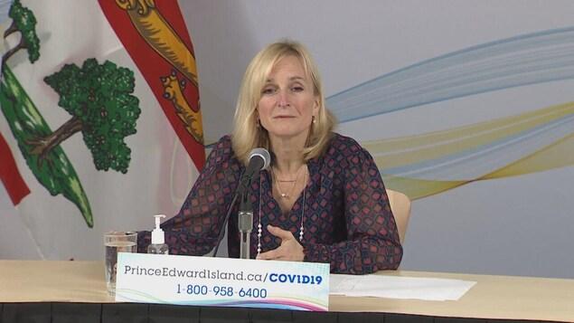 Heather Morrison donne une conférence de presse.