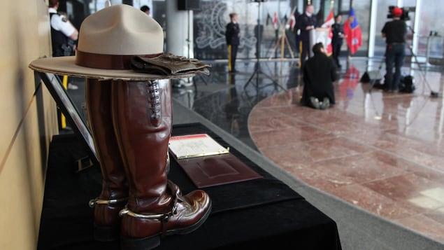 Un livre de condoléances pour la gendarme Heidi Stevenson, morte aux mains du tueur, est posé sur une table au quartier général de la GRC en Nouvelle-Écosse.