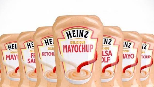 Plusieurs bouteilles de mayochup sont disposées les unes à côté des autres devant un fond blanc.