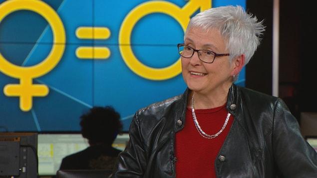 Hélène Lee-Gosselin, professeure titulaire, directrice de l'Institut Femmes, Sociétés, Égalité et Équité (IFSEE) de l'Université Laval, lors d'une entrevue dans les studios de Radio-Canada à Québec