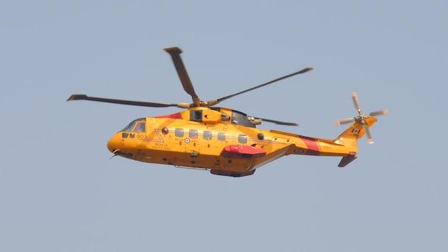L'hélicoptère prend son envol.