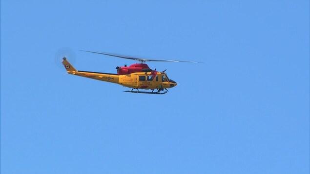 Un hélicoptère dans le ciel