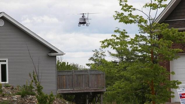 Un hélicoptère du ministère des Ressources naturelles de la Nouvelle-Écosse aperçu à Cole Harbour le 11 juin 2018.