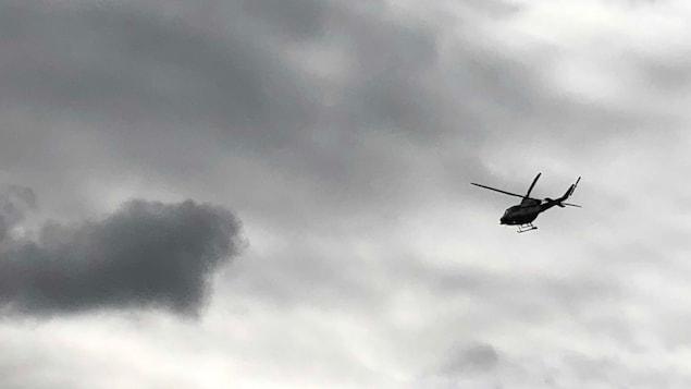Un hélicoptère de la Sûreté du Québec dans les airs.