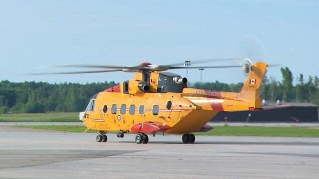 Un hélicoptère de couleur jaune de l'armée canadienne.