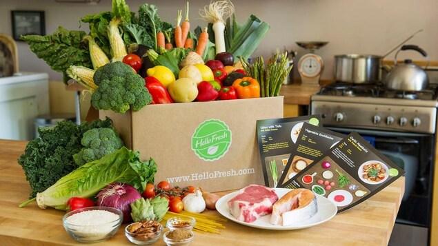 Une boîte de repas pleine de légumes.