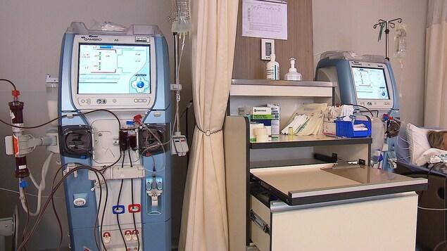Deux stations d'hémodialyse à l'hôpital de Baie-Comeau.