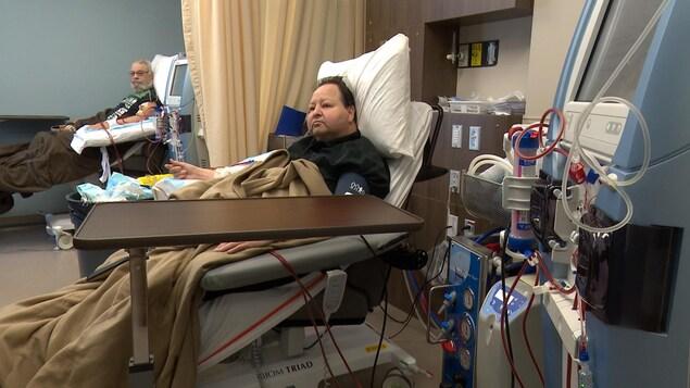 Ces patients jugent que le nouveau local qui offre des traitements d'hémodialyse à Gaspé est beaucoup trop petit.
