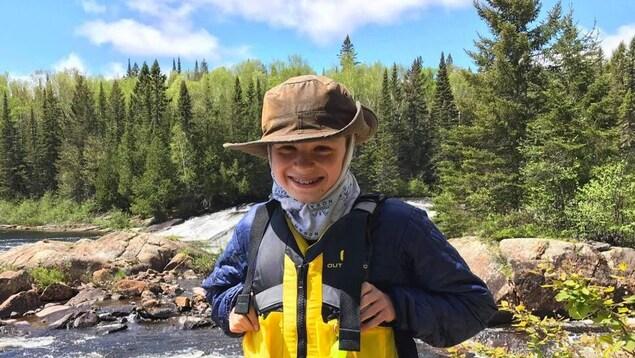Henri Gnocchini sourit près d'une rivière.