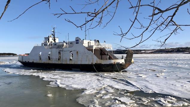 Le navire à l'embouchure de la rivière des Trois Pistoles.