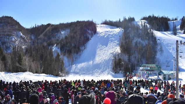 Une foule devant les pistes de ski.
