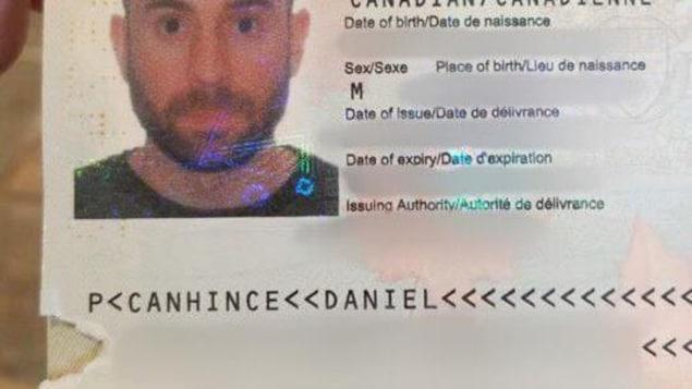 Le passeport de Daniel Hince avec un morceau de page manquant en bas à gauche.