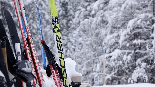 Des skis de fond posés sur un support au Club Mouski, à Sainte-Blandine.