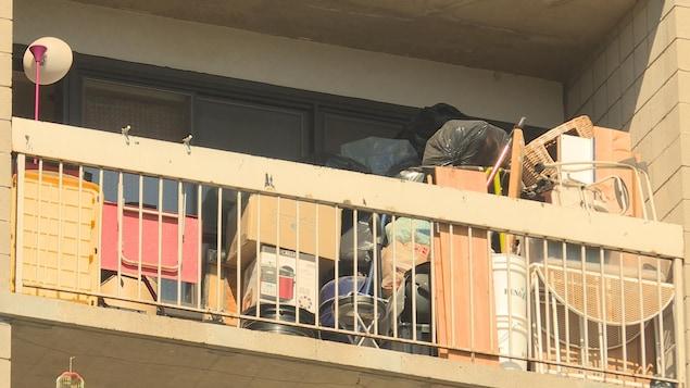 Un balcon d'immeuble résidentiel
