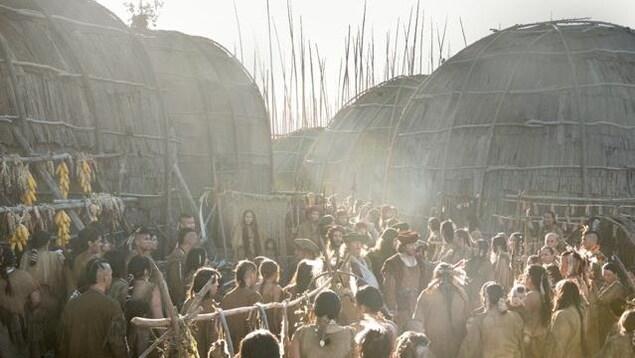 Des dizaines de figurants autochtones entourent Vincent Perez, qui tient le rôle de Jacques Cartier, dans une scène du film Hochelaga, Terre des Âmes.