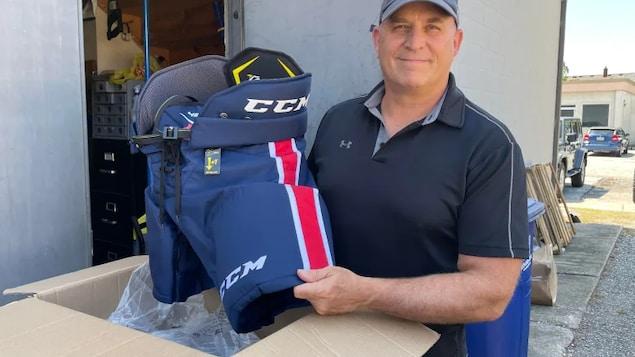 David Bellaire présente un équipement de hockey.