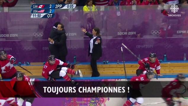 Joueuses de hockey qui sautent sur la glace suite à leur victoire.