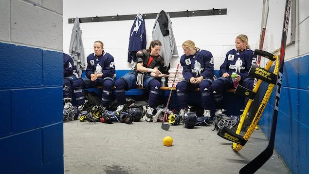 Des hockeyeuses dans un vestiaire.