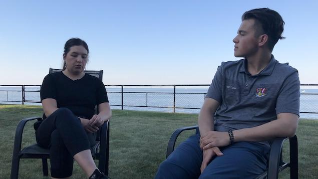 Mikisiw et Mikonis Awashish discutent, assis à l'extérieur.