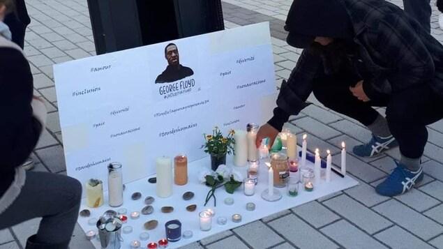Des bougies devant une photo de George Floyd.