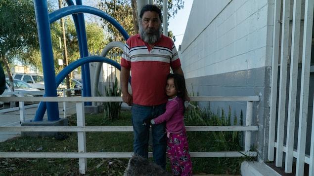 Un résident de Tijuana avec une petite fille et un chien.